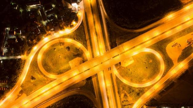Draufsicht der luft der straße, schnellstraße um transport des industriellen konzeptes.