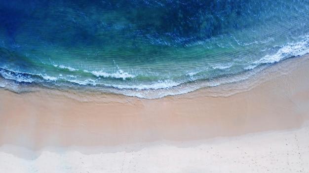 Draufsicht der luft, strand mit smaragdblauem wasser des schattens und wellenschaum auf tropischem meer