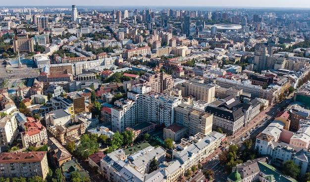 Draufsicht der luft von kiew-stadtskylinen von oben, im stadtzentrum gelegenes stadtbild kyiv-mitte, hauptstadt von ukraine