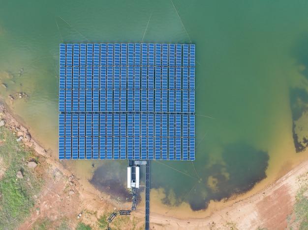 Draufsicht der luft von sich hin- und herbewegenden sonnenenergie-panels auf einem see - sonnenenergie bewirtschaftet