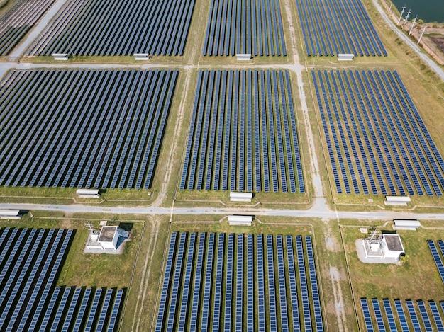 Draufsicht der luftaufnahme des photovoltaischen bauernhofs des sonnenkollektors