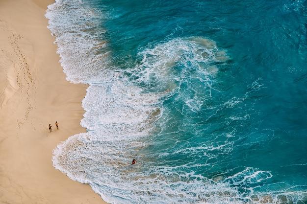 Draufsicht der luftdrohne auf ozeanstrandlandschaft