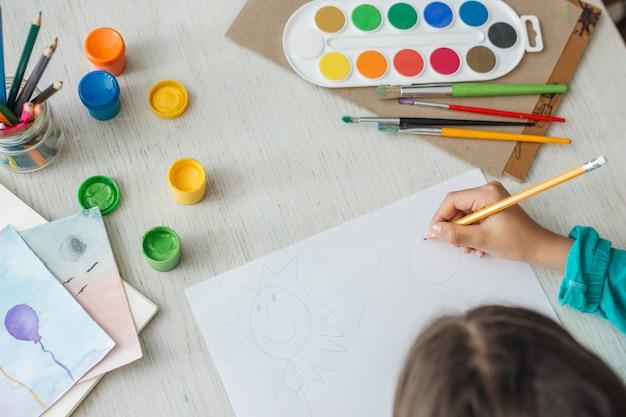 Draufsicht der mädchenmalerei mit aquarell