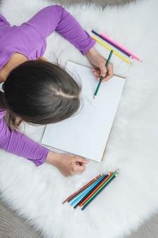 Draufsicht der mädchenmalerei