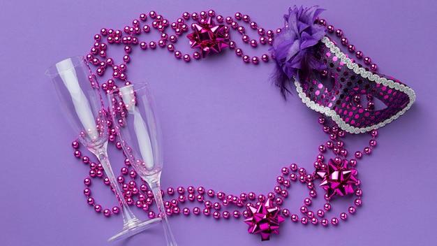Draufsicht der maske für karneval mit federn und perlen