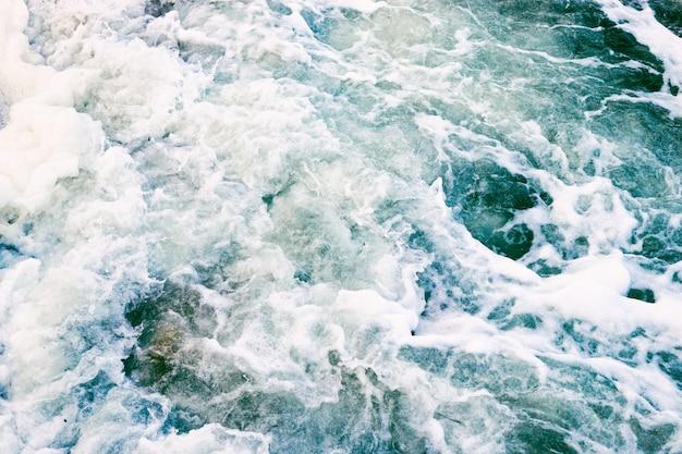 Draufsicht der meereswellen und des schaums in einem sturm