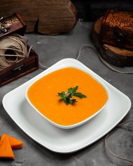 Draufsicht der merci-suppe mit grüns in der schüssel