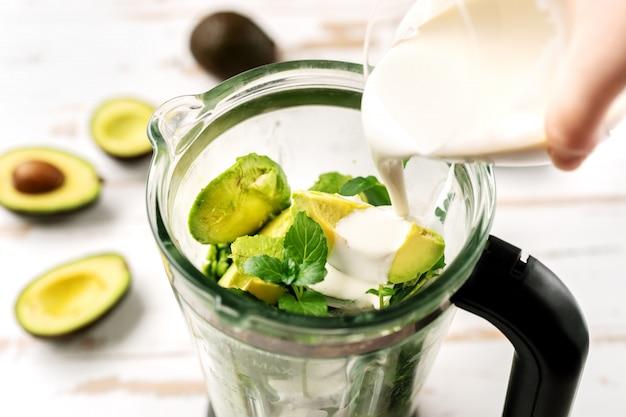 Draufsicht der mischmaschine mit avocadostücken