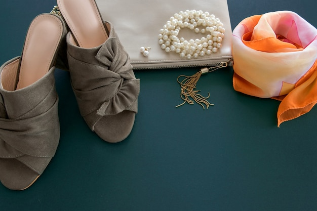 Draufsicht der modefrauenwohnung lag auf tiefgrünem hintergrund