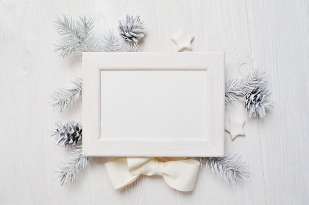 Draufsicht der modell-weihnachtsgrußkarte und weißer rahmen