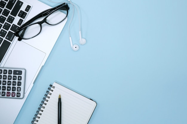 Draufsicht der modernen blauen schreibtischtabelle