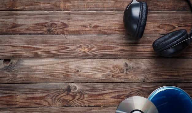 Draufsicht der musik-cd-player-ausrüstung auf holzschreibtisch wooden