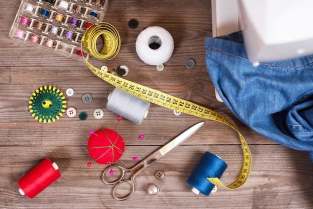Draufsicht der näherin oder des schneiderhintergrundes mit jeans