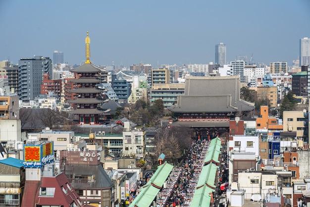 Draufsicht der nakamise-einkaufsstraße in asakusa und des sensoji-tempels in asakusa
