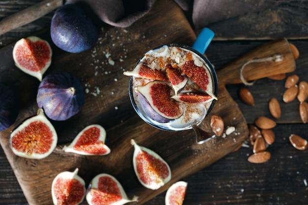 Draufsicht der natürlichen jogurtmandeln des gesunden frühstücks