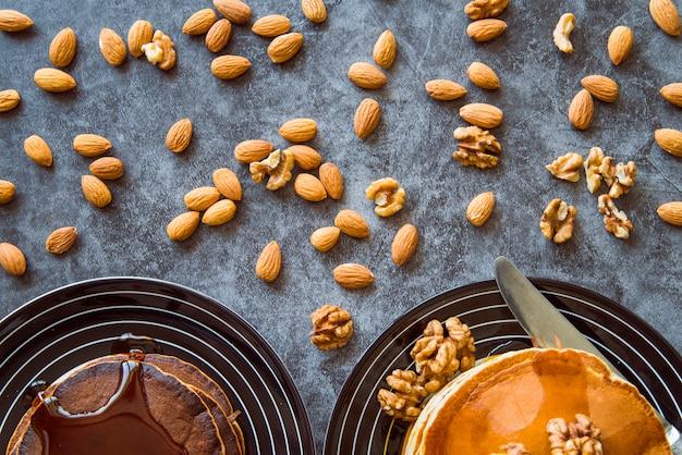Draufsicht der nüsse und der pfannkuchen