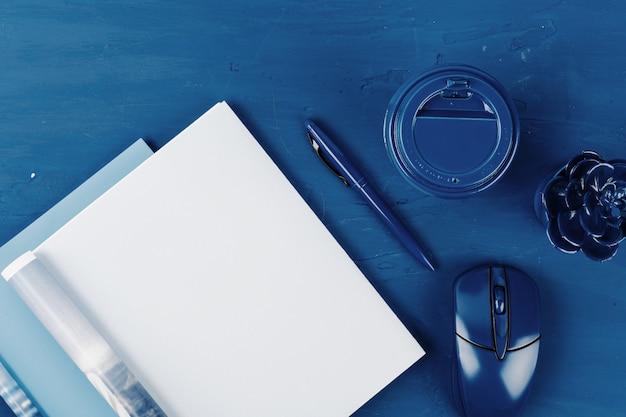 Draufsicht der offenen magazinseite mit kopienraum auf klassischem blauem hintergrund
