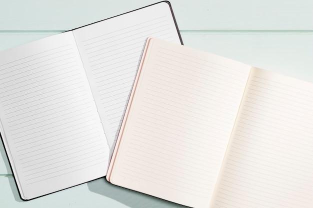 Draufsicht der offenen notizbücher der nahaufnahme