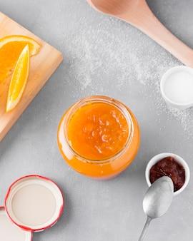 Draufsicht der orange marmelade im glas