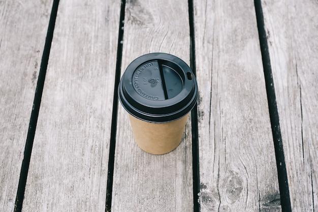 Draufsicht der papierkaffeetasse auf holz