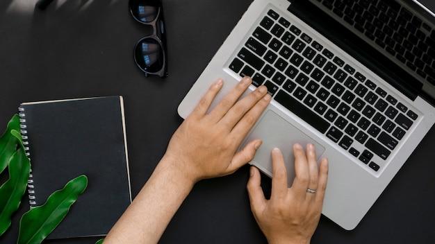 Draufsicht der person, die laptop im hintergrund tippt
