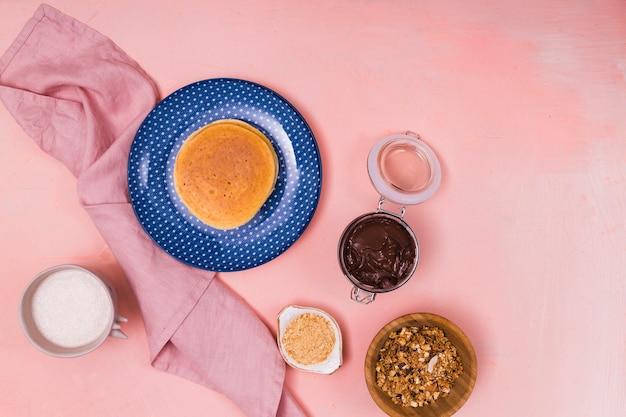 Draufsicht der pfannkuchen und der walnüsse