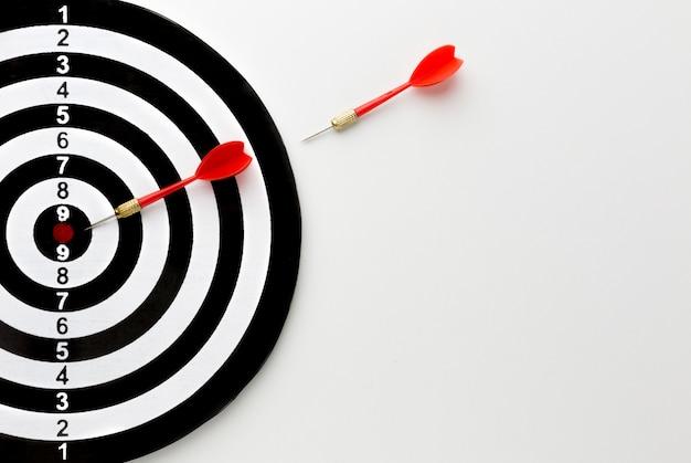 Draufsicht der pfeile, die in richtung bullseye gehen