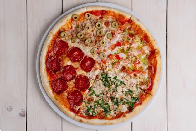 Draufsicht der pizza vier jahreszeiten