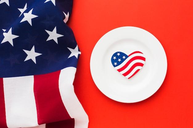 Draufsicht der platte mit amerikanischen flaggen