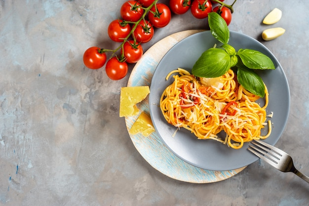 Draufsicht der platte mit spaghettis auf grauem hintergrund