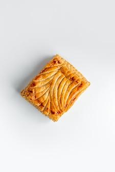 Draufsicht der quadratischen torte verziert mit mustern