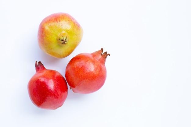 Draufsicht der reifen granatapfelfrucht auf weiß