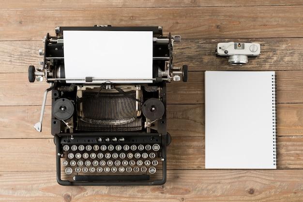 Draufsicht der retro-schreibmaschine im studio