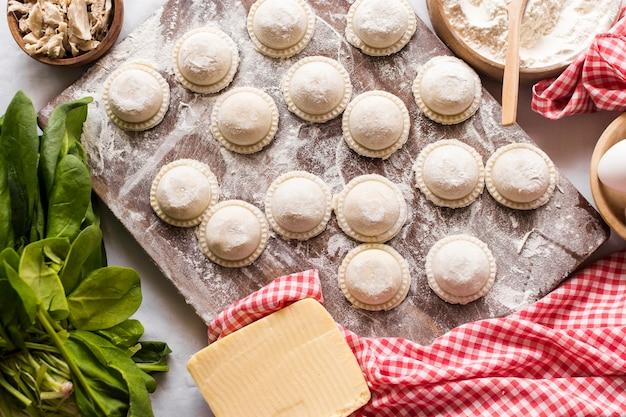 Draufsicht der rohen ravioli mit bestandteilen