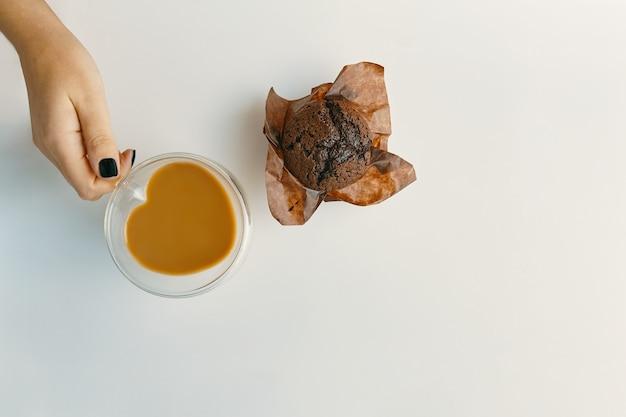 Draufsicht der romantischen morgenfrühstücksüberraschung für valentinstagschokoladenmuffin und kaffeeraum