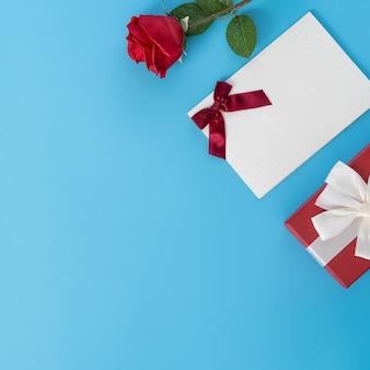 Draufsicht der rose und der grußkarte als geschenk für valentinstag.