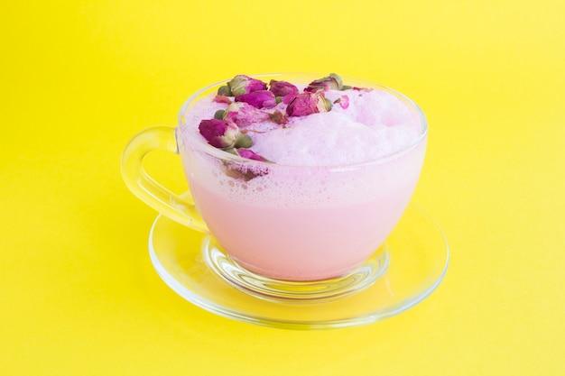Draufsicht der rosenmondmilch im glas