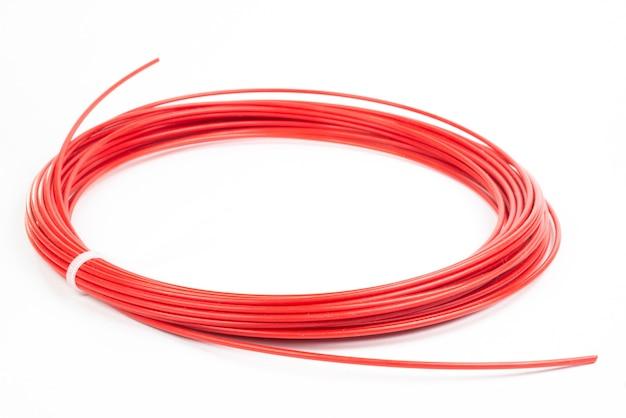 Draufsicht der roten gerollten filament-3d-stift-pla, die auf weiß isoliert wird