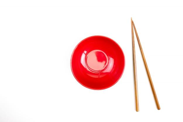 Draufsicht der roten schüssel und der essstäbchen