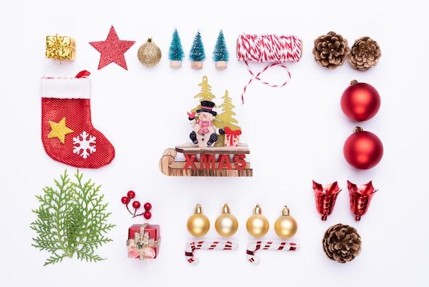 Draufsicht der roten socke der weihnachtsgeschenkbox mit fichtenzweigen, kiefernkegel auf weißem backgrou