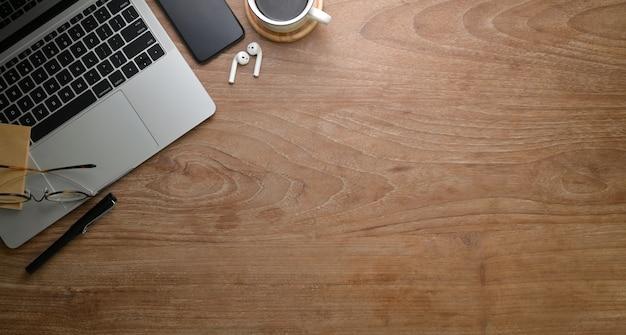 Draufsicht der rustikalen arbeitsplatzart mit laptop