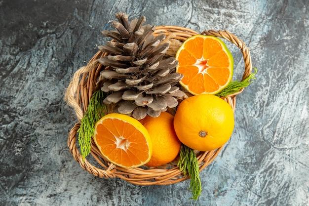 Draufsicht der saftigen frischen mandarinen im korb auf hellgrauer oberfläche