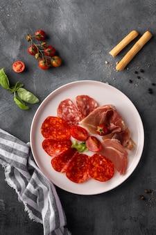 Draufsicht der salamianordnung auf platte