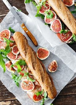 Draufsicht der sandwichprosciuttomascarpone-käse-feigen