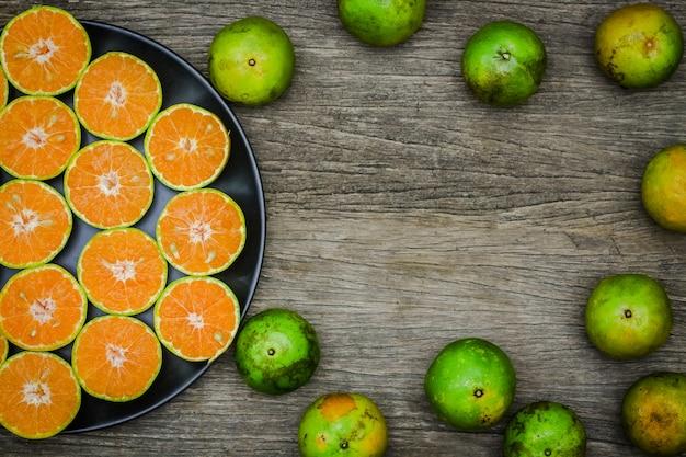 Draufsicht der scheibenorangenfrucht auf dem hölzernen brett