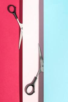 Draufsicht der schere mit papierschichten