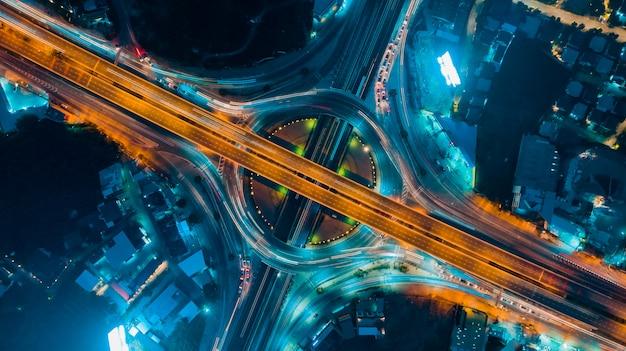 Draufsicht der schnellstraße, straßenverkehr eine wichtige infrastruktur in thailand