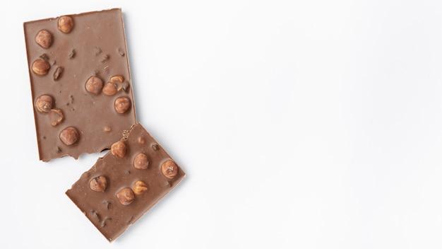 Draufsicht der schokolade mit haselnüssen