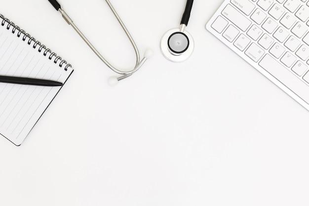 Draufsicht der schreibtischtabelle doktors, leeres papier auf weiß