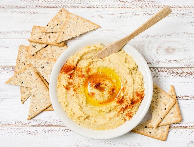 Draufsicht der schüssel des hummus mit nacho-chips